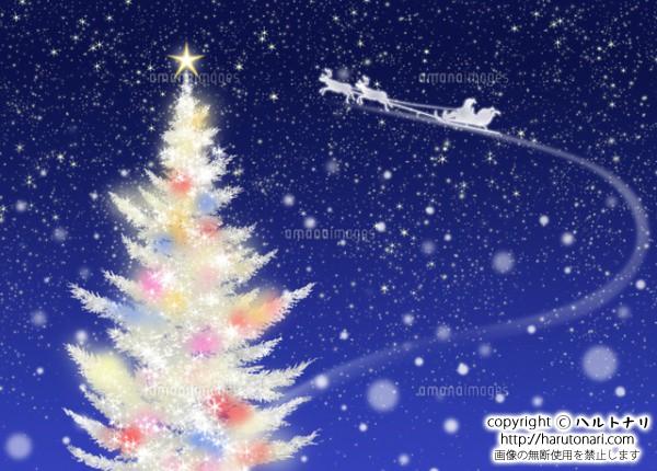 色々な色に光る白いクリスマスツリーとソリに乗るサンタクロース